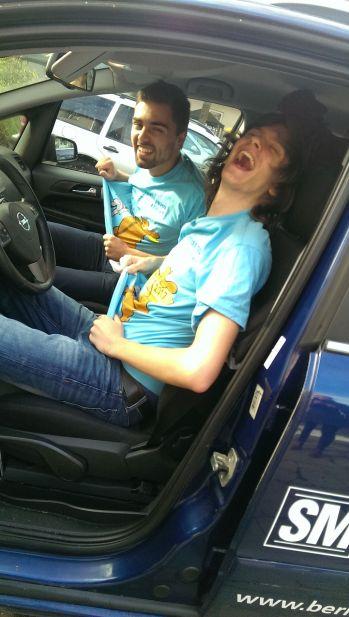 Teamlook: Himmelblaue T-Shirts sind der Dresscode der BFDler Jannis (l.) und Kevin auf dem Europäischen Stationenweg.