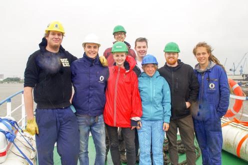 """Lauter Freiwillige packten mit an, um den ehemaligen Fishtrawler """"Iuventa"""" im Hafen von Emden wieder flottzumachen."""