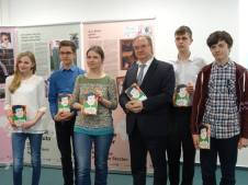 Luthers Team für Sachsen-Anhalt, die Schüler*innen des Domgymnasiums Magdeburg mit Autorin Tanja Kasischke und dem Landesvater.