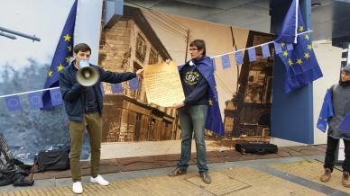 Fabien (l.) und einer seiner Mitstreiter verlesen die Erklärung der Bewegung Pulse of Europe. Sie ist ein Bekenntnis zu Europa.