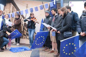 Pulse of Europe ist eine junge Bewegung. Auch in Amiens kommen vor allem junge Menschen auf dem Marktplatz zusammen.