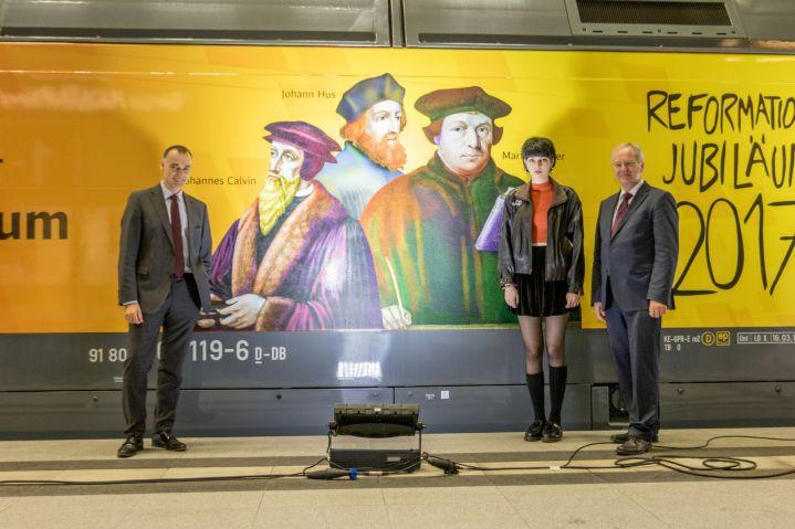 Aus fünf macht drei: Nicht alle der von ihr vorgesehenen Porträts sind auf der Lok abgebildet. Ileana ist trotzdem zufrieden.