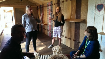 Anja (l.) und ihre Kommilitonin Magdalena beschreiben Besuchern, mit welchen Materialien die Salzburger Studierenden arbeiteten.